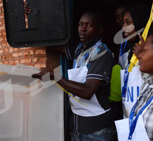 Ngozi centre, un président du bureau de vote montre montre que l'urne est vide avant le vote