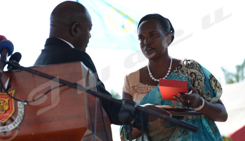 Commémoration du 56ème anniversaire de l'indépendance du Burundi: le président Pierre Nkurunziza décore à titre posthume feu Emile Masabarakiza qui était parmi les animateurs des fêtes nationales. Son épouse reçoit le prix ©Onesphore Nibigira/Iwacu