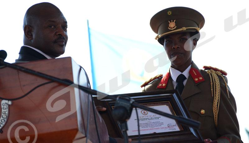 Commémoration du 56ème anniversaire de l'indépendance du Burundi: Pierre Nkurunziza, président Burundais décore la première femme officier brevetée commando ©Onesphore Nibigira/Iwacu