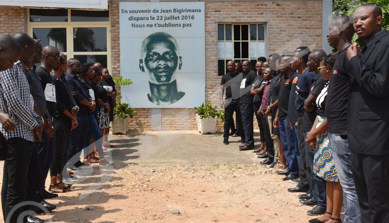 Recueillement des journalistes d'Iwacu devant le portrait de Jen Bigirimana en sa mémoire. Photo prise dans les enceintes d'Iwacu le 22 juillet 2018 ©Onesphore Nibigira/Iwacu
