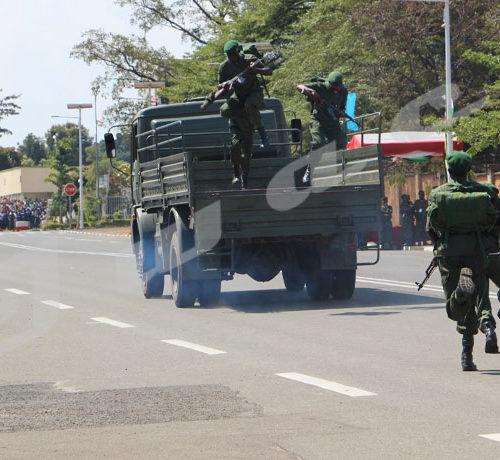 Commémoration du 56ème anniversaire de l'indépendance du Burundi: des militaires débarquent d'un camion en vitesse ©Onesphore Nibigira/Iwacu