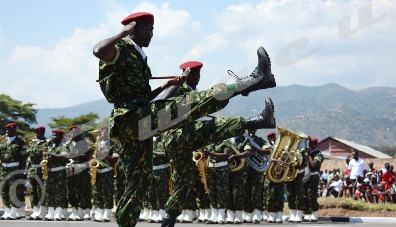 Commémoration du 56ème anniversaire de l'indépendance du Burundi: deux jeunes officiers de l'armée en tête d'un peloton pendant  ©Onesphore Nibigira/Iwacu