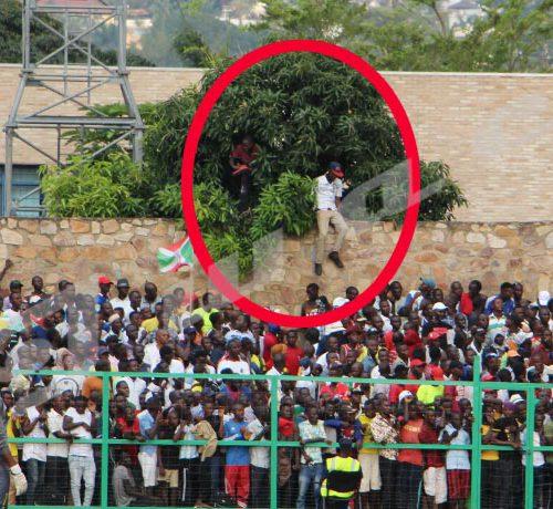 Mardi, 24 octobre 2018- Match nul (1-1) entre le Burundi et le Mali,à Bujumbura, lors de la 4ème journée des matchs comptant pour les éliminatoires de la CAN 2019. Des fans escaladent la clôture du stade qui est déjà fermé ©Onesphore Nibigira/Iwacu