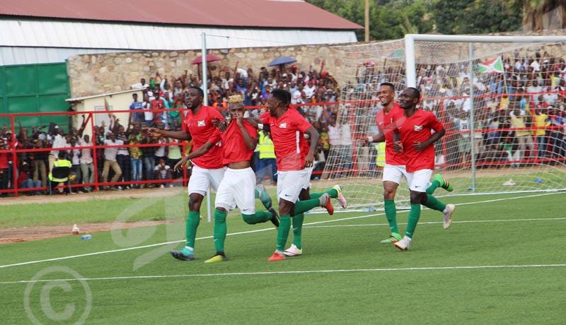 Mardi, 24 octobre 2018- Match nul (1-1) entre le Burundi (en rouge) et le Mali,à Bujumbura, lors de la 4ème journée des matchs comptant pour les éliminatoires de la CAN 2019. Allégresse après un but d'Abdoul Razak Fiston (cheveux avec teinture) Onesphore Nibigira/Iwacu