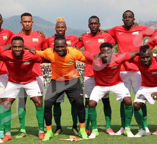 Mardi, 24 octobre 2018- Match nul (1-1) entre le Burundi (en rouge) et le Mali,à Bujumbura, lors de la 4ème journée des matchs comptant pour les éliminatoires de la CAN 2019. Les 11 Burundais posent avant le match ©Onesphore Nibigira/Iwacu