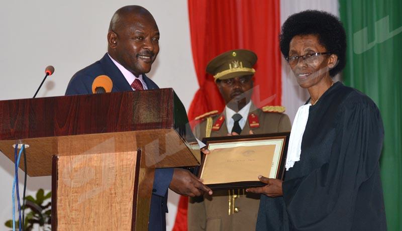 Mardi, 2 octobre 2018 - Le président burundais Pierre Nkurunziza a primé les travailleurs du secteur judiciaire qui se sont démarqués. C'était lors de la rentrée judiciaire 2018-2019 à l'hémicycle de Kigobe ©Édouard Nkurunziza/Iwacu