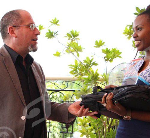 Vendredi, 23 novembre 2018 - Clarisse Shaka, journaliste d'Iwacu remporte le prix média organisé par le CICR Burundi à l'endroit des journalistes. Avec une note de 16,5 sur 20, journaliste est a concouru dans la catégorie presse écrite. Les cérémonies ont eu lieu à l'hôtel Belair  ©Onesphore Nibigira/Iwacu