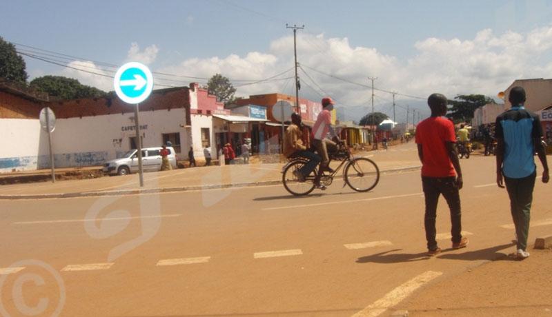 Nyanza lac: Des jeunes se regardent en chien de vaillance