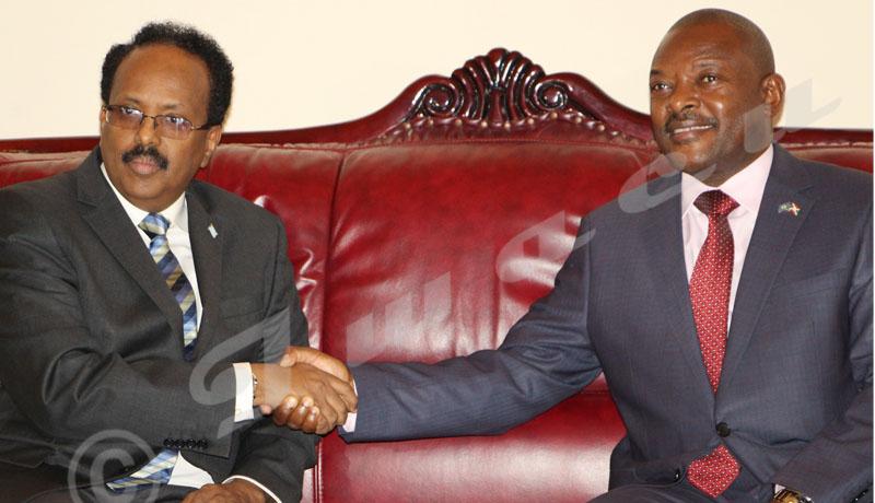 Du 18 au 19 février, Mohamed Abdoulahi, président somalien a effectué une visite au Burundi.Poignée de main entre les deux présidents