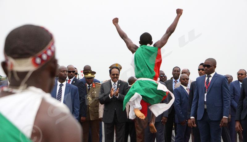 Du 18 au 19 février, Mohamed Abdoulahi, président somalien a effectué une visite au Burundi. Un tambourinaire burundais en action