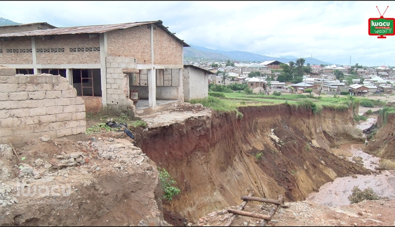 Kinanira II : Une route au bord de l'effondrement