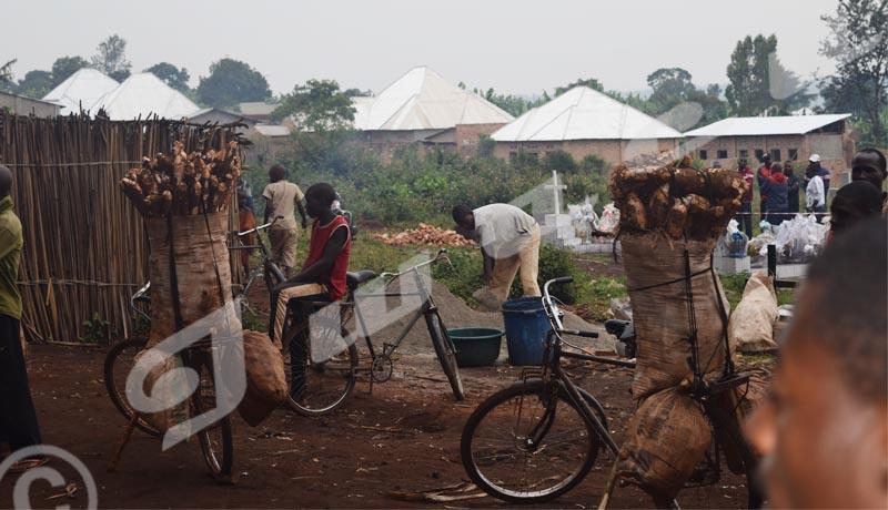 Lundi, 10 juin 2019- Dans ce cimetière situé derrière le commissariat provincial de Muyinga, au moment  où les uns enterrent les leurs, le commerce continue./© Térence Mpozenzi/Iwacu