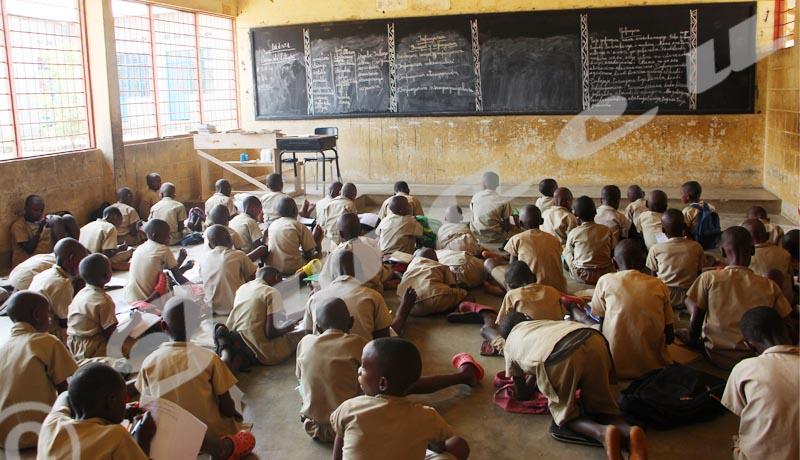 Ecofo Gasenyi  II: les écoliers assis à même le sol en classe