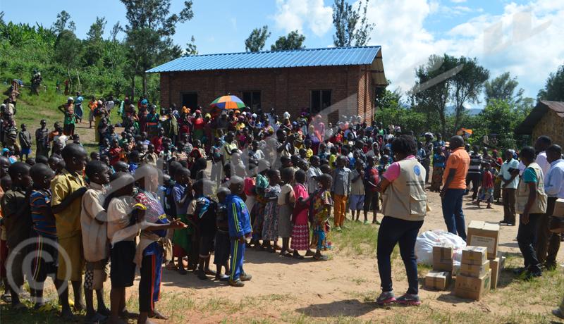 Distribution de matériel scolaire à Mugina