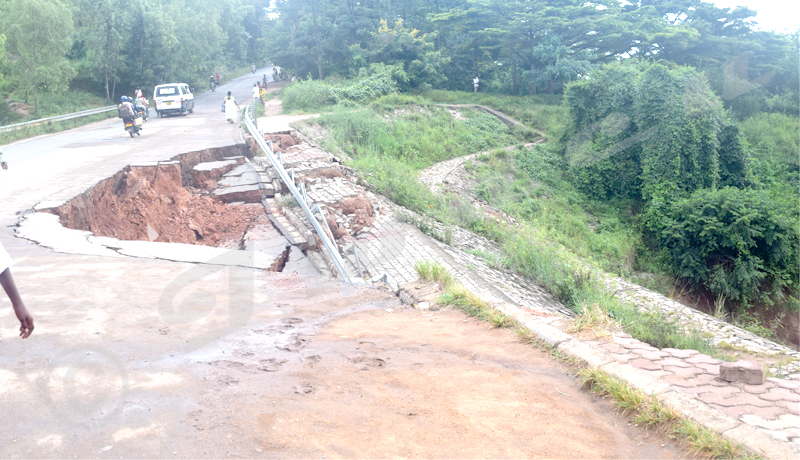 La route Kamesa au bord d'un gouffre