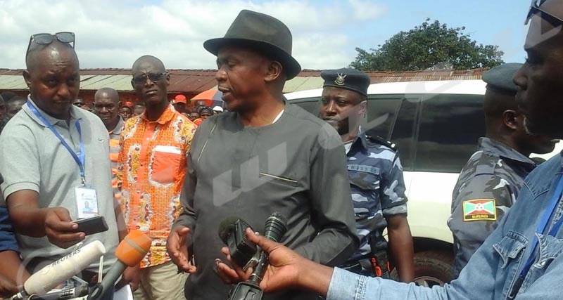 Urgent/Mise à jour : Des journalistes finalement autorisés à prendre des photos de Rwasa votant