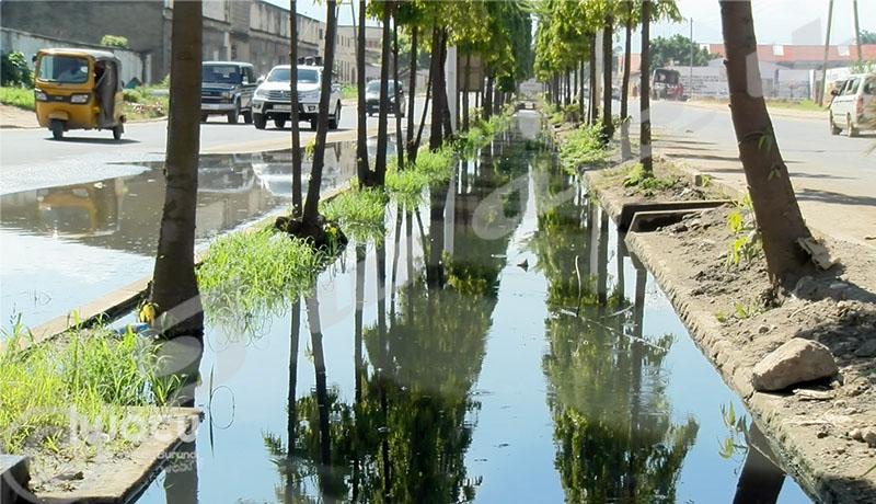 Boulevard Melchior Ndadaye : Quand les eaux de pluie débordent gênant la circulation