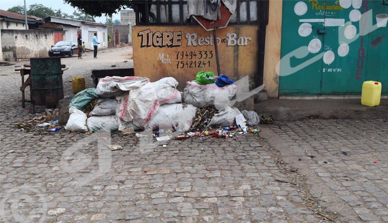Bwiza : des tas de sacs de déchets ménagers inquiétants