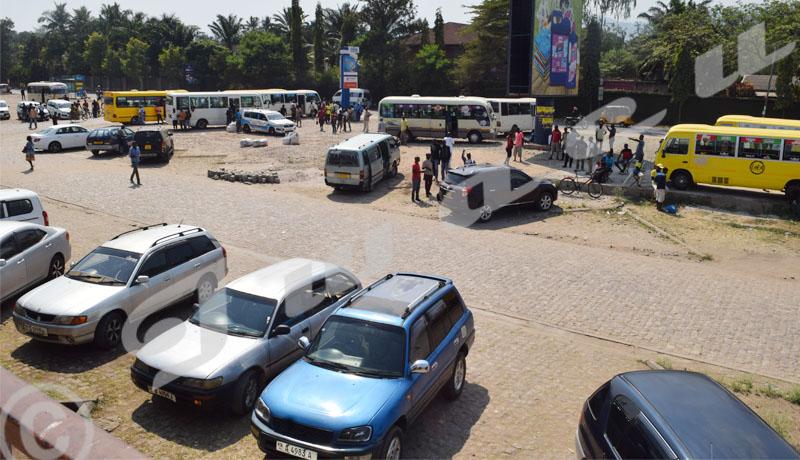 Parking du marché de Kinindo : les usagers dénoncent des irrégularités