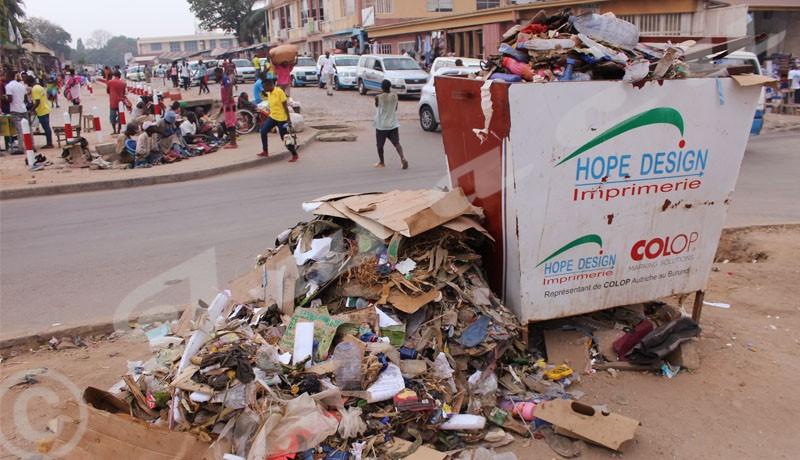 Quand les poubelles publiques deviennent des dépotoirs