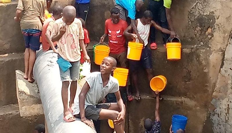 Un tuyau d'eau cassé profite à certains habitants de la zone Cibitoke