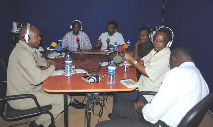 Dans le studio de la Maison de la Presse, les invités répondent aux questions d'Eric Manirakiza, journaliste et directeur de la RPA et Arcade Havyarimana, journaliste à la radio Isanganiro ©Iwacu