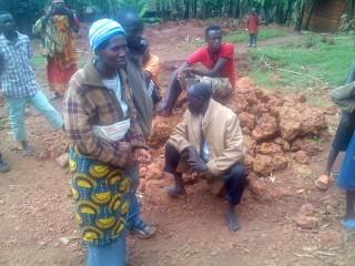 Des déplacés dans l'attente, les jeunes armés de pierres ©Iwacu