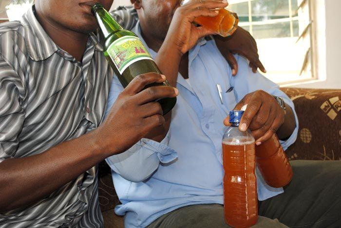 Deux personnes en train de consommer du Kargasok ©Iwacu