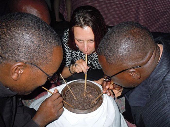 L'ambassadeur des Etats-Unis partageant la bière de sorgho avec les responsables et les autres invités ©Iwacu
