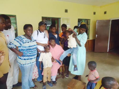 Les deux jumeaux entourees de l'administratrice, de l'assistante sociale de la Maison Shalom ainsi que les travailleurs de l'orphelinat ©Iwacu