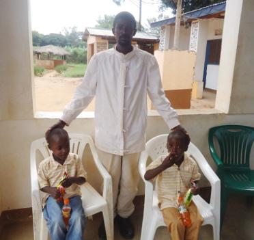 Les jumeaux avec leur oncle ©Iwacu